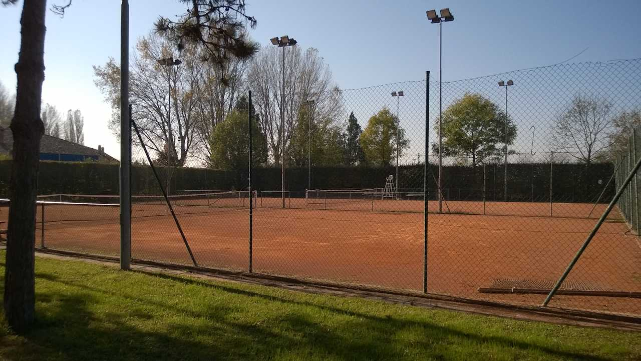 http://prolocosanpietroincasale.it/wp-content/uploads/2014/12/Campi-da-tennis.jpg