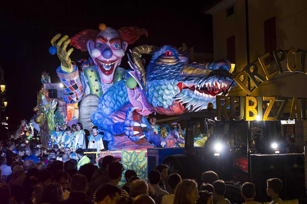 http://prolocosanpietroincasale.it/wp-content/uploads/2014/12/Carnevale-notturno-San-Pietro-in-Casale.jpg