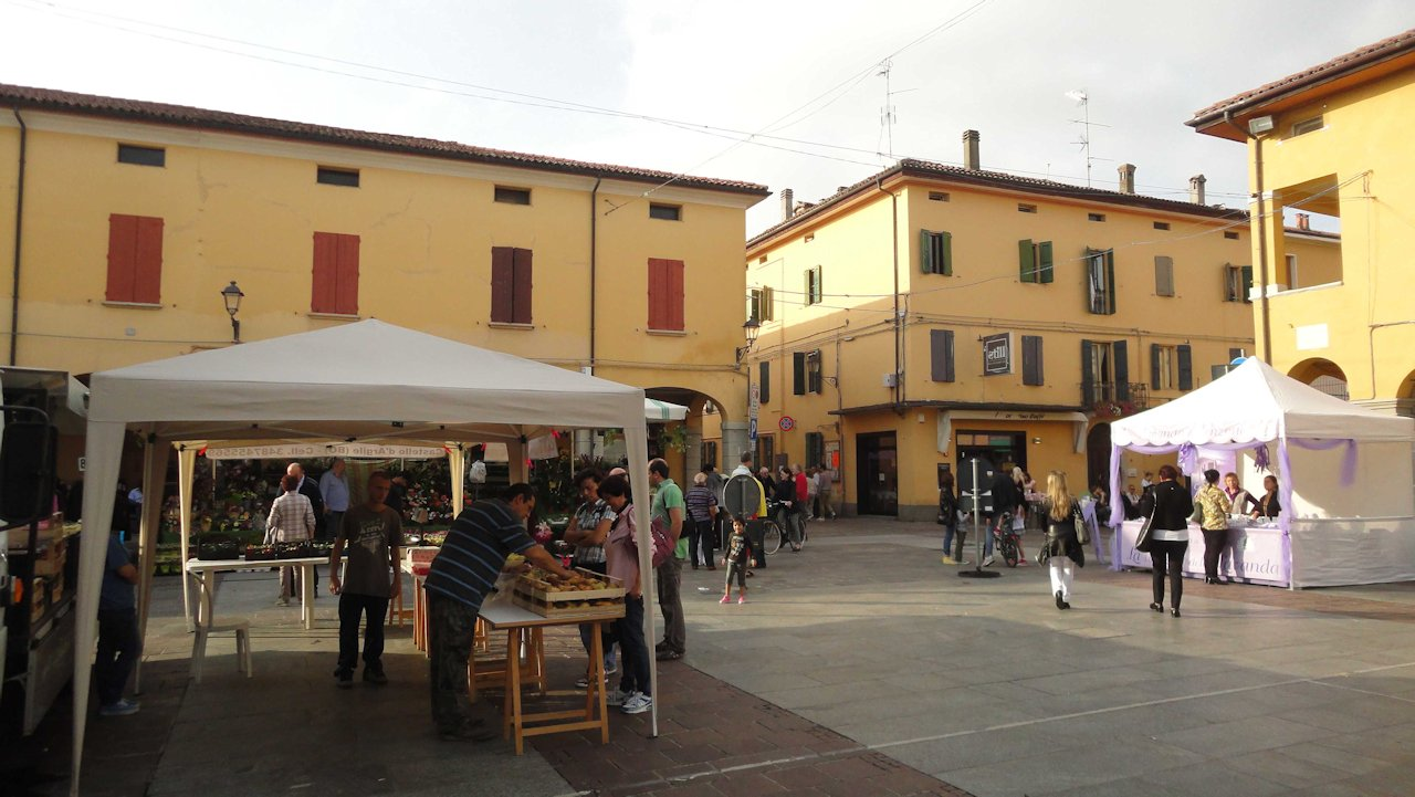 http://prolocosanpietroincasale.it/wp-content/uploads/2014/12/Piazza-in-mercato.jpg